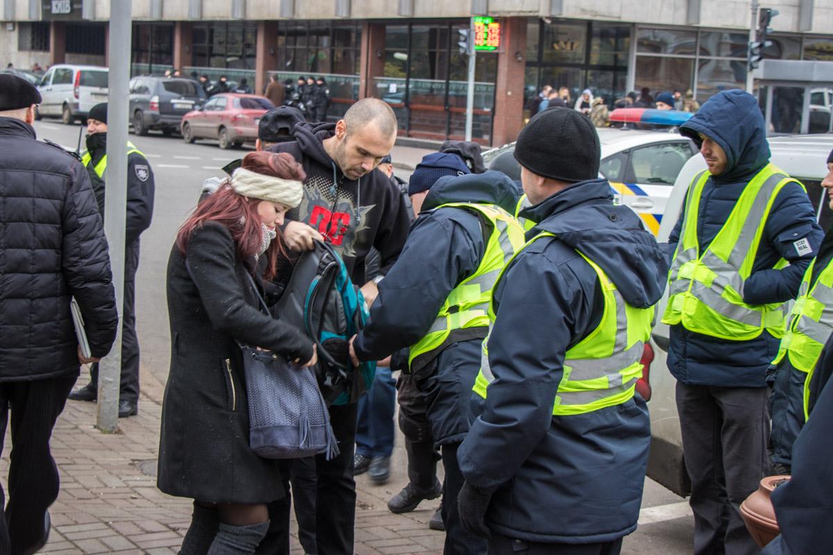 Полицейские осматривали сумки и рюкзаки, желающих пройти на митинг