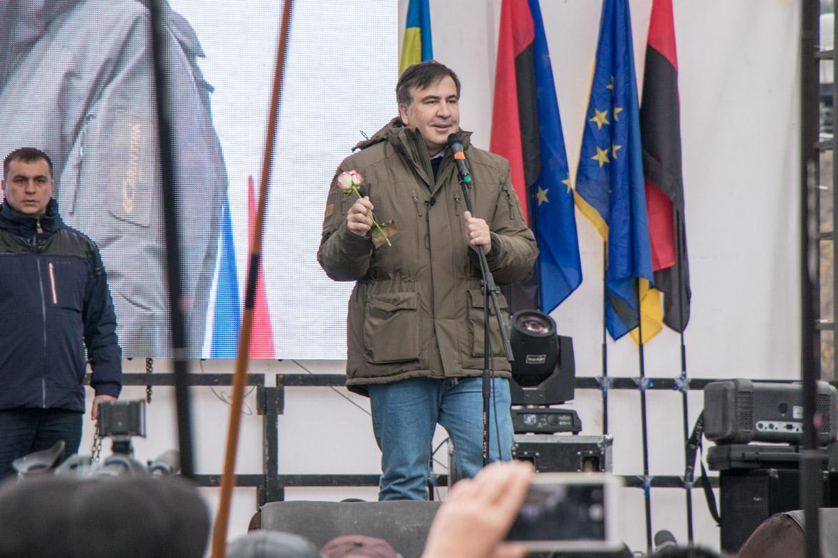 Саакашвили призывал людей оставаться возле парламента весь день и дождаться подведение итогов дня