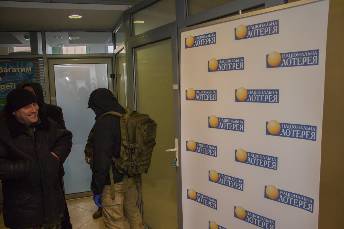 У офиса Национальной лотереи сегодня было многолюдно