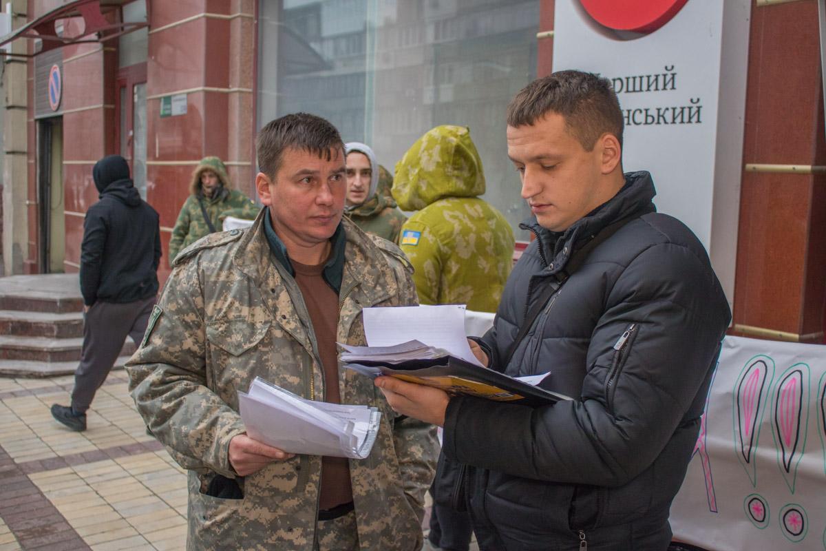Активисты передали свои требования прибывшему на место следователю