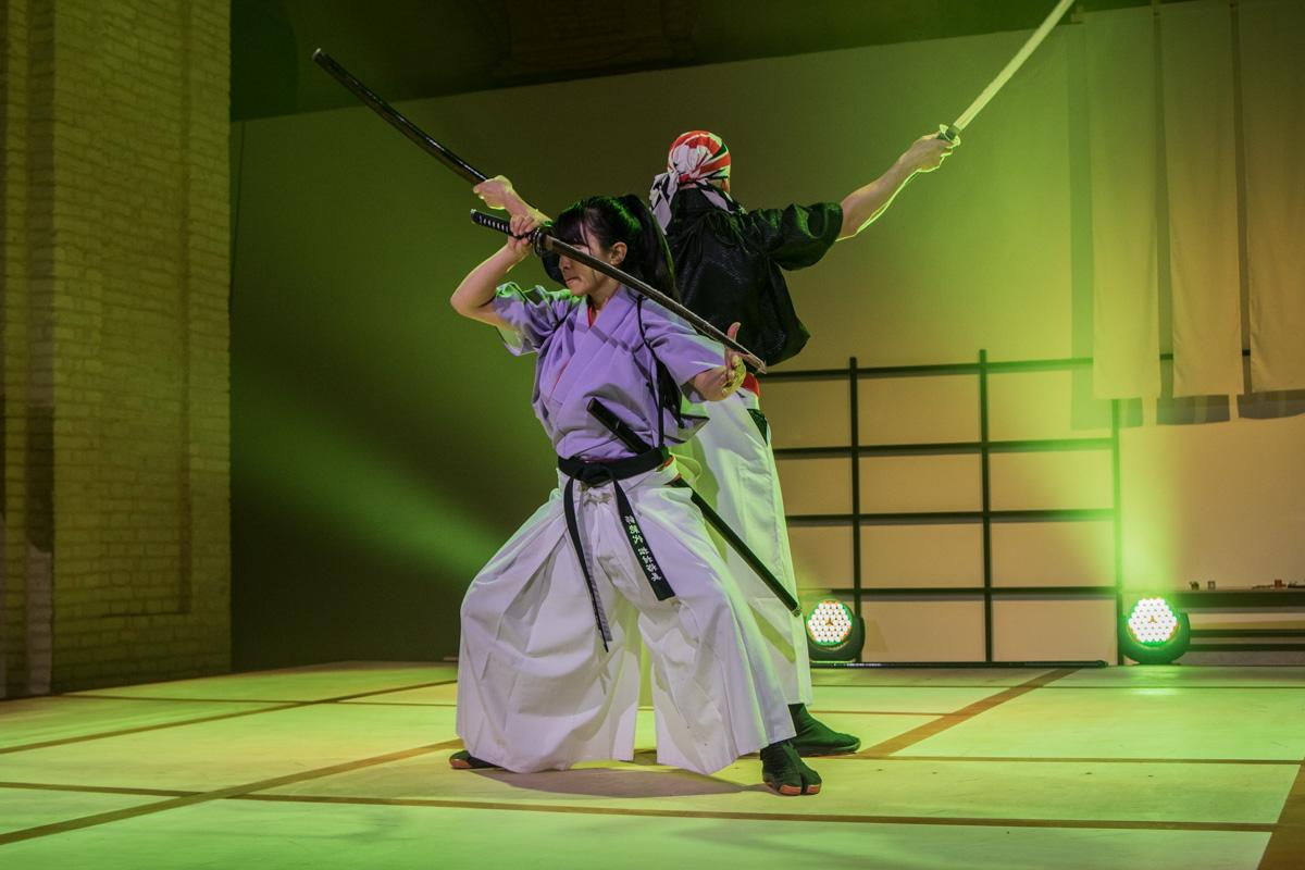 Современные самураи показали, что мастерски владеют мечом