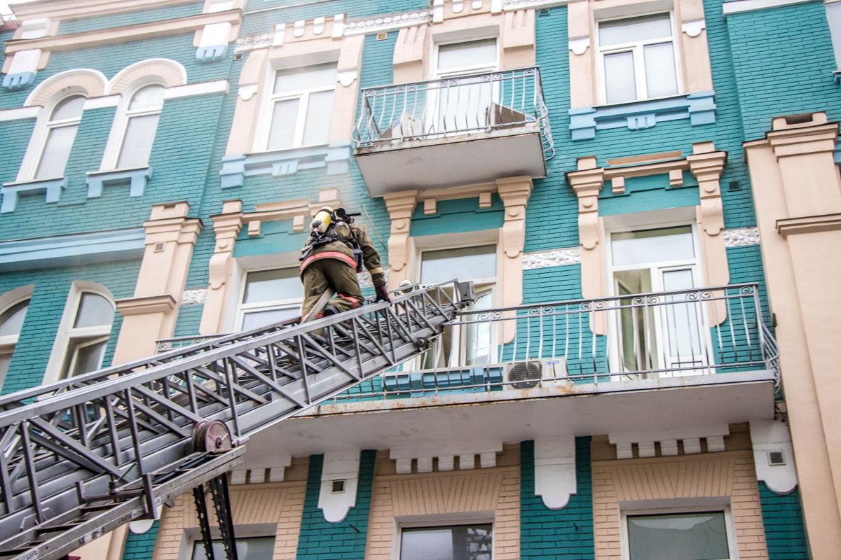 В первую очередь спасатели отключили в здании газоснабжение и электричество