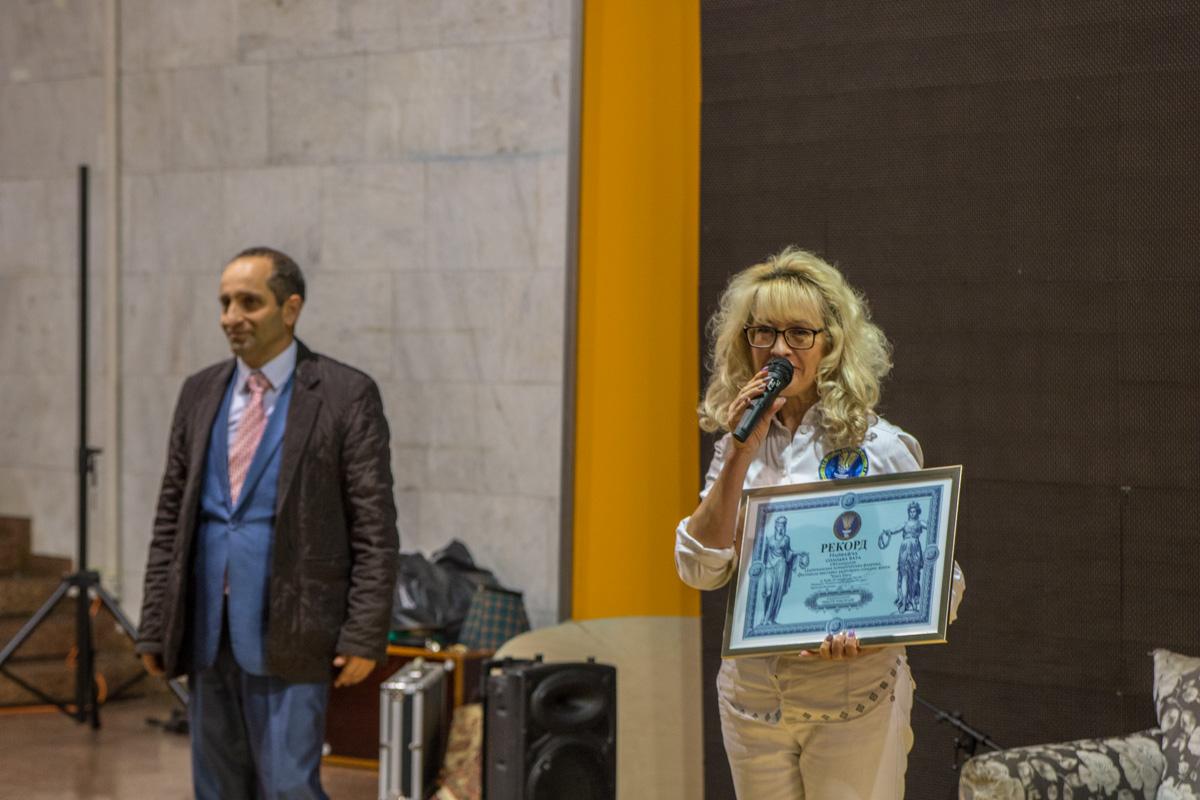 Специалисты национального реестра рекордов вручили организаторам диплом
