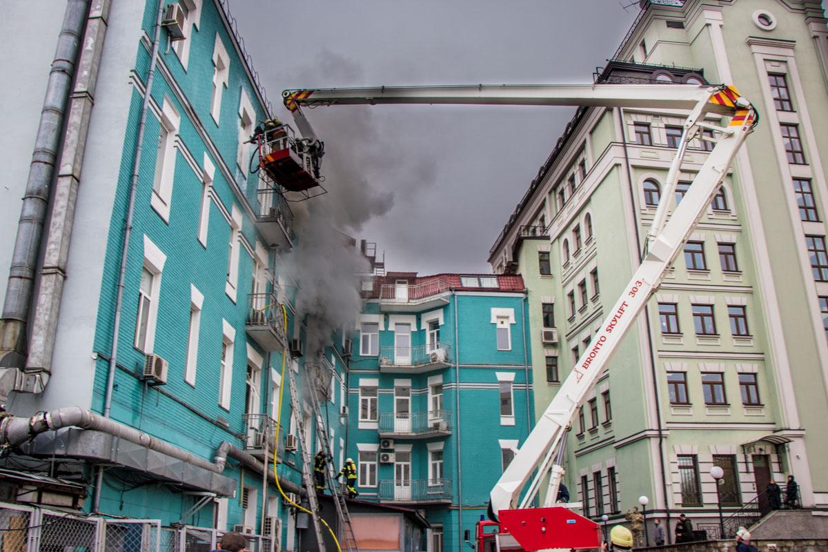 Огонь по вытяжке переместился на второй этаж, а потом и на все здание