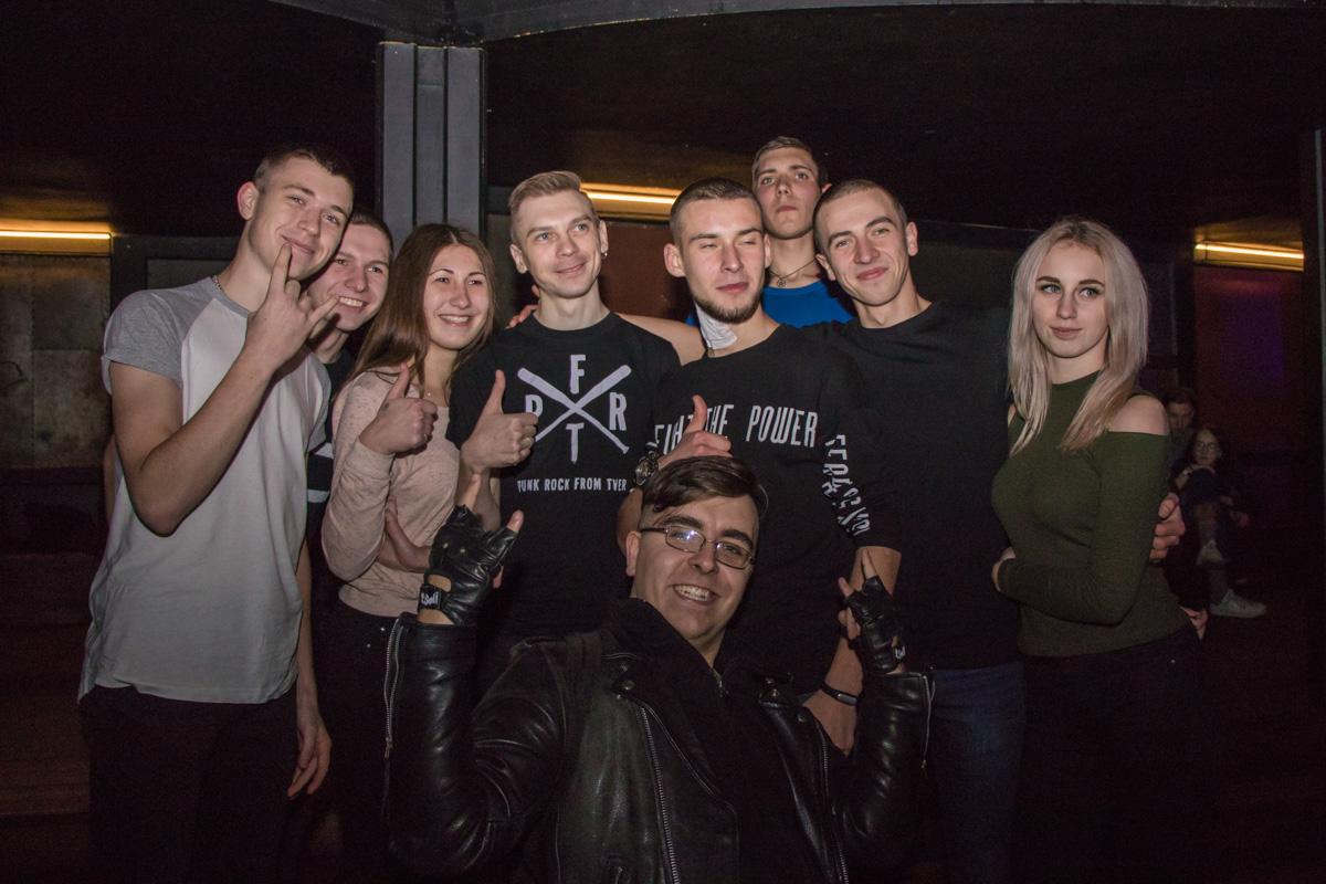 Лидер группы Владимир Котляров вышел к людям перед концертом