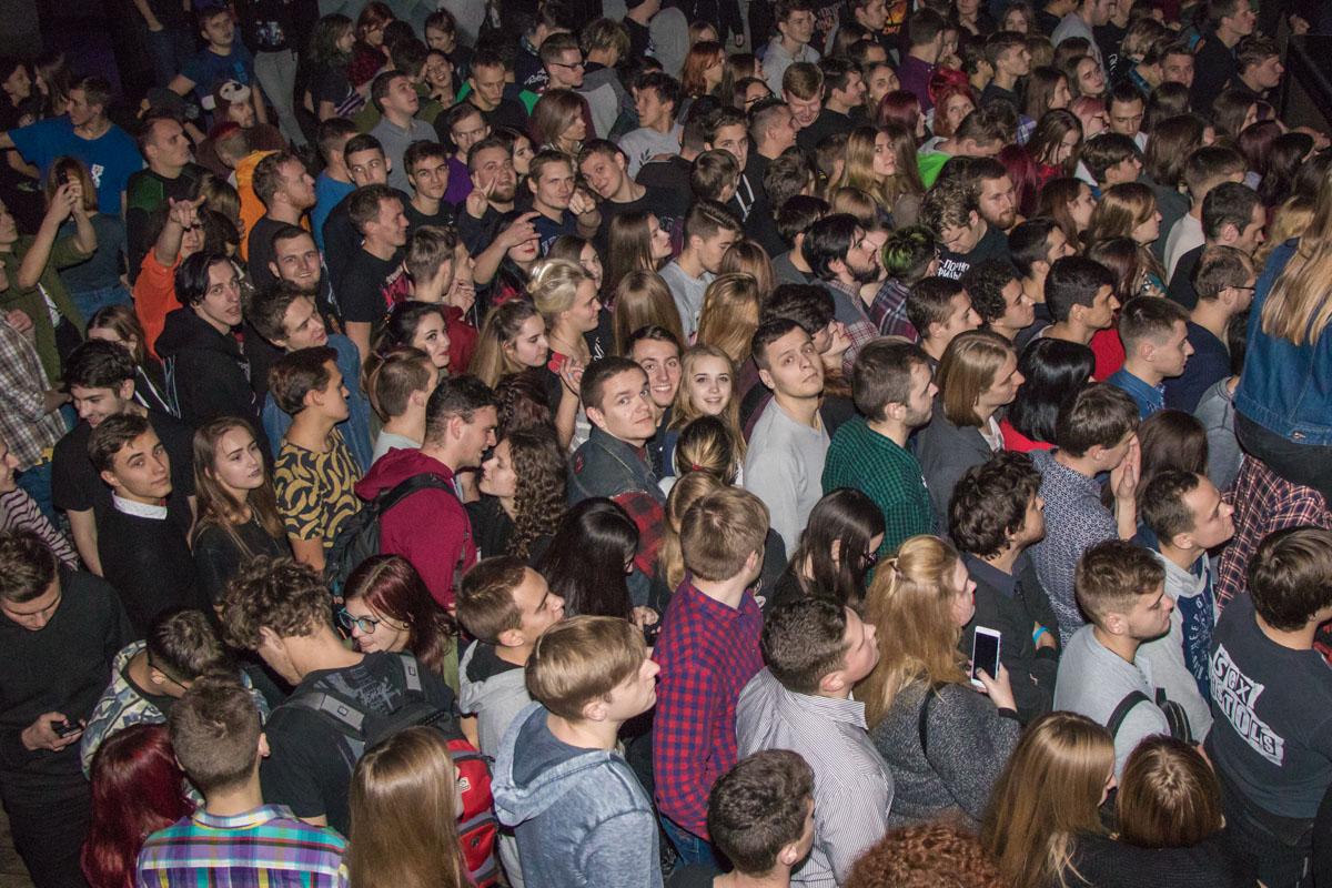 Фанаты пробирались поближе к сцене