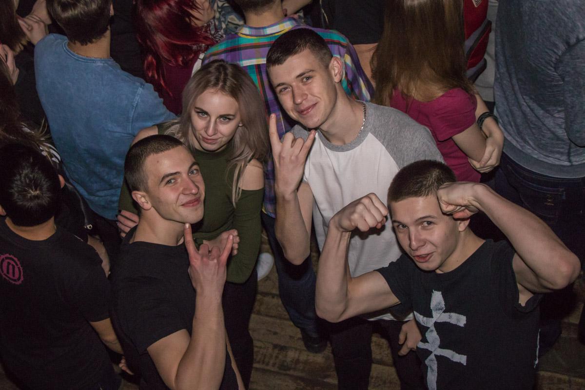 Молодежь в ожидании концерта