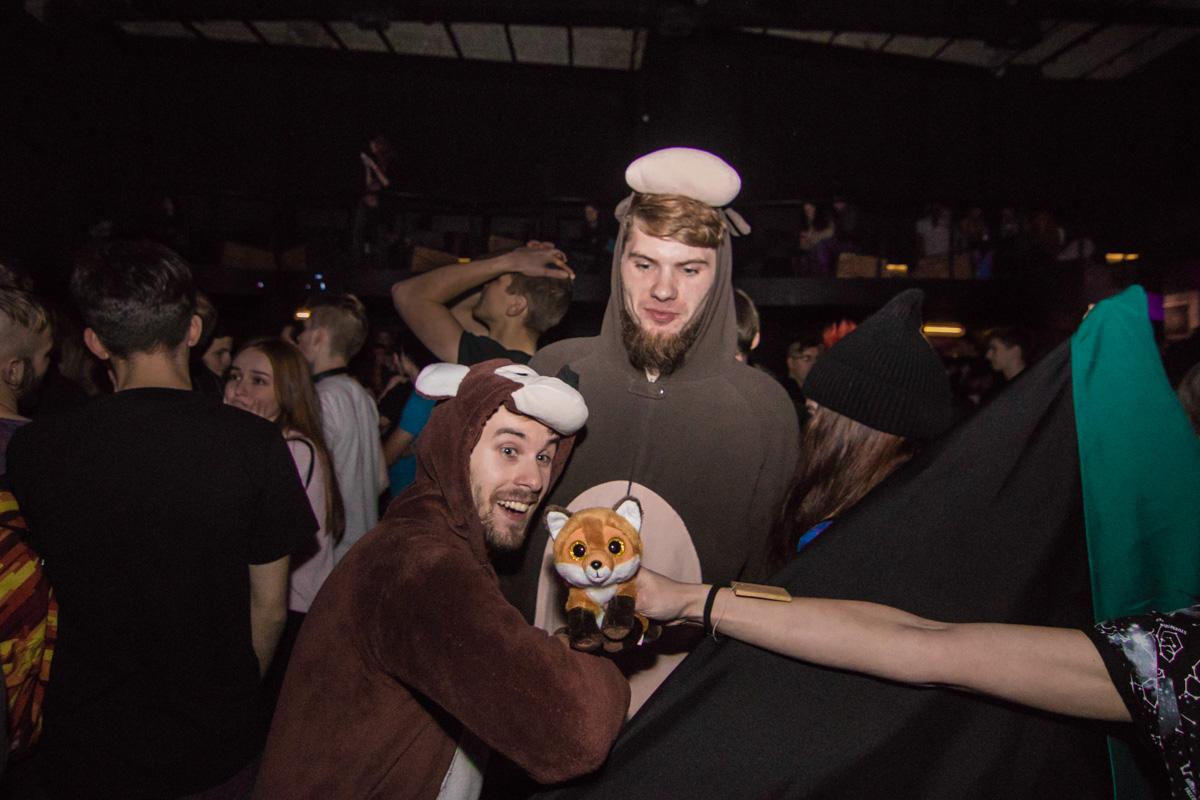 Любители оторваться надели даже фестивальные костюмы
