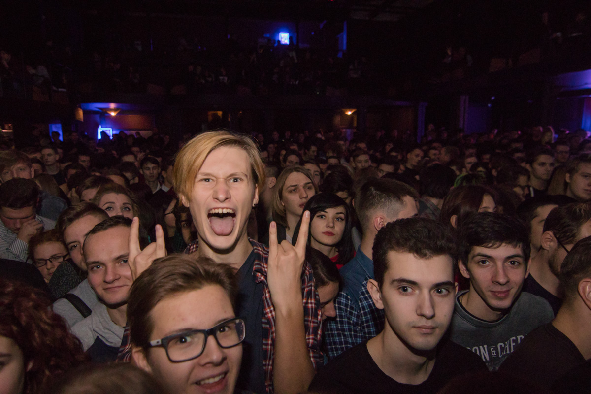 Эмоции фанатов в предвкушении выхода на сцену любимой группы