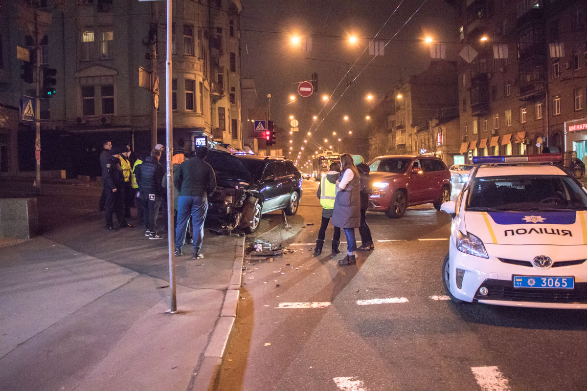 Сейчас водители вместе со свидетелями и полицией дожидаются приезда эвакуатора