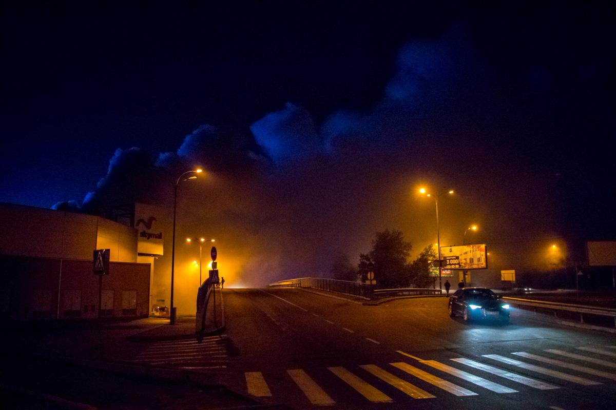 "На территории ТРЦ SkyMall горели склады возле супермаркета ""Ашан"""