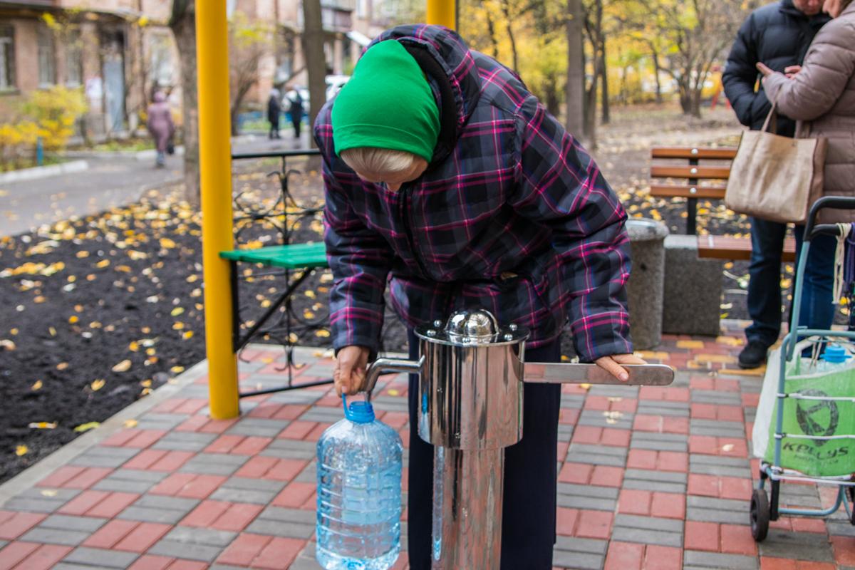 Также киевляне набирали воду в бутылки, чтобы принести домой