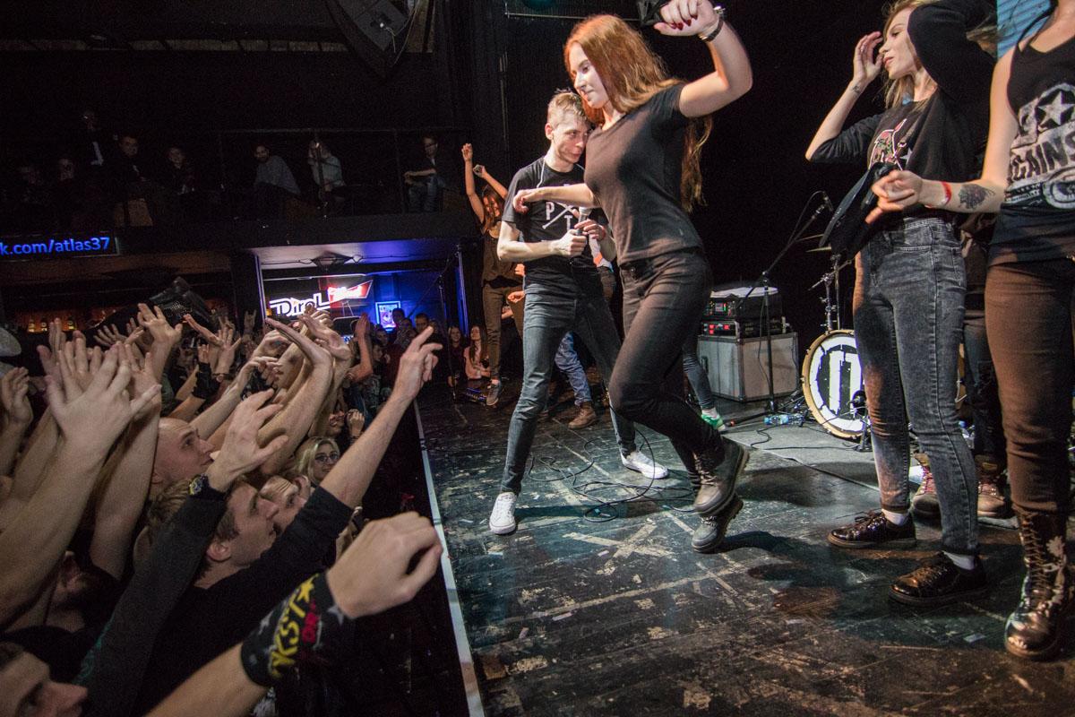 Девушки, которые пришли первый раз на панк-концерт, делали традиционный прыжок со сцены