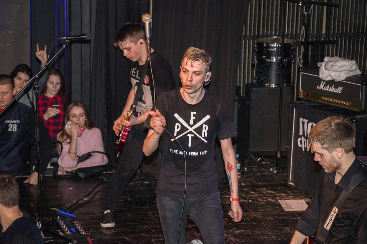 Владимир Котляров исполняет пируэты микрофоном