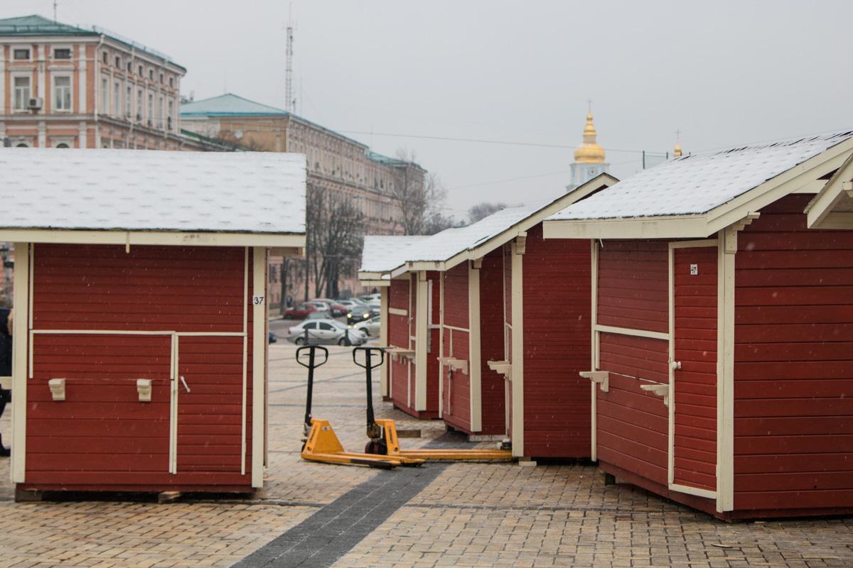 """На площади также начали """"строить"""" новогодний городок"""
