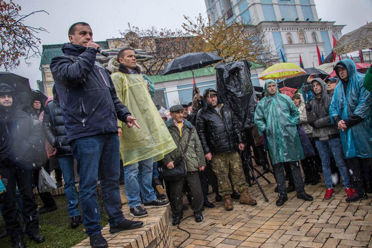На Михайловской площади люди собрались на мирный марш Михаила Саакашвили