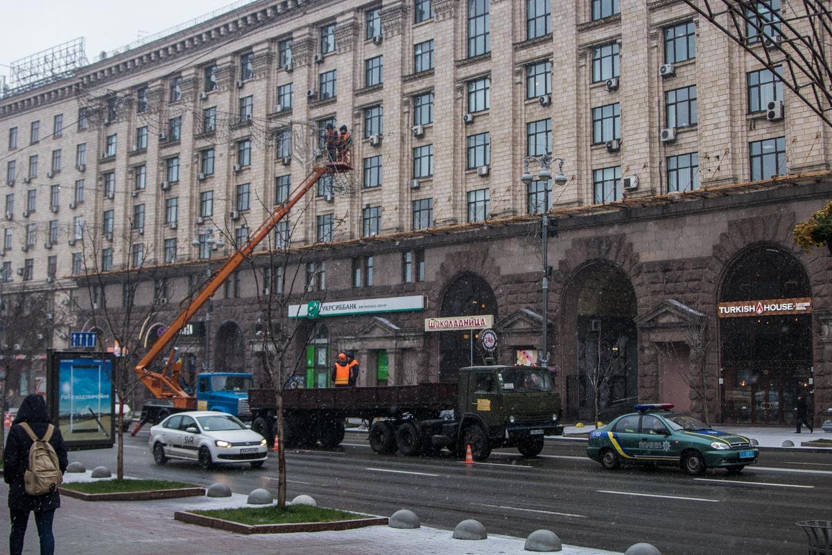 Киев украшают праздничными гирляндами