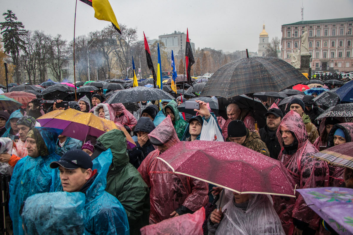 Сегодня на марше люди прятались от первого снега под зонтами и плащами