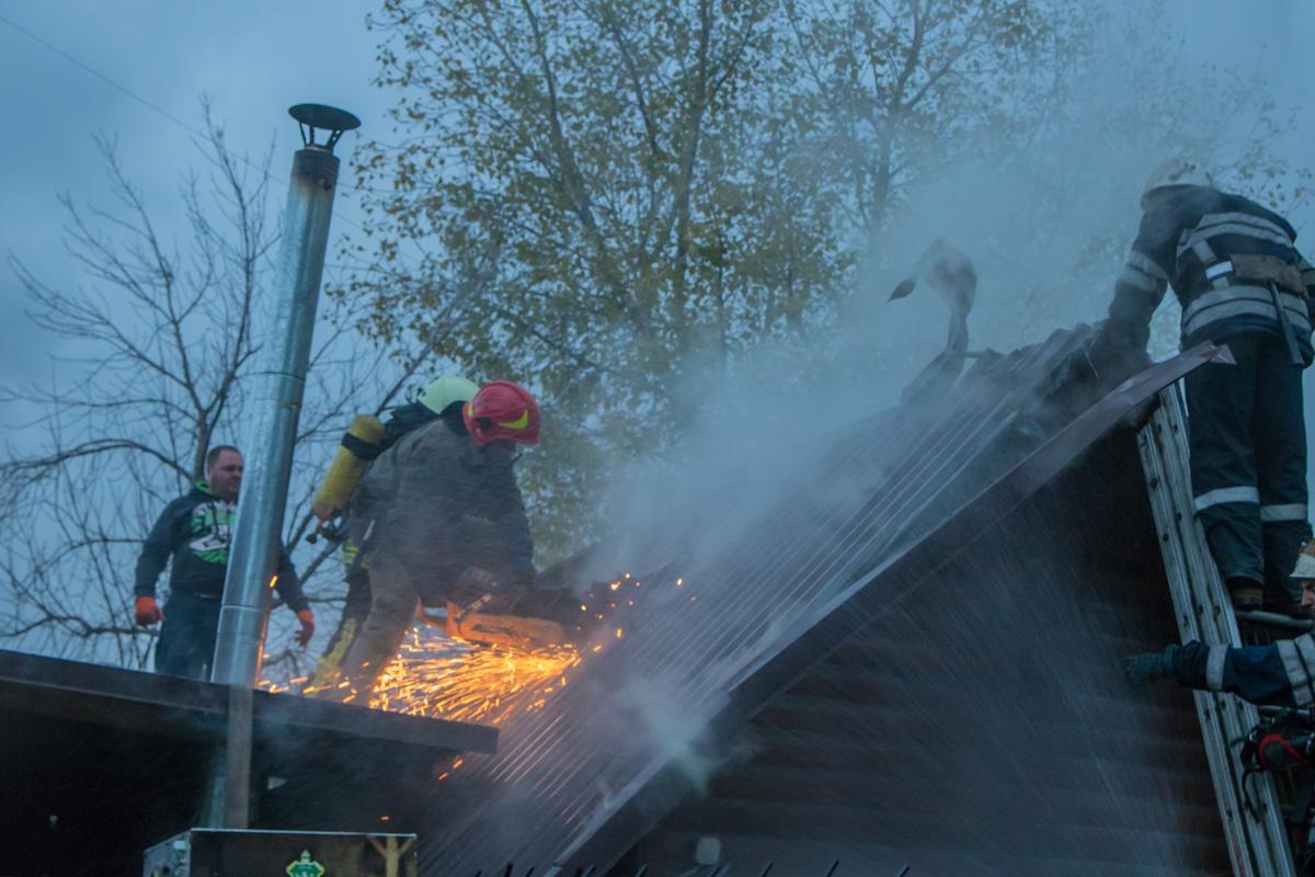 Сотрудники ГСЧС срезали крышу здания, чтобы потушить огонь