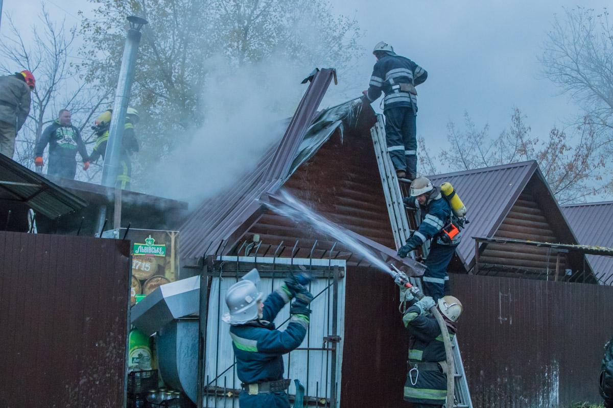 К месту события приехали две пожарные машины