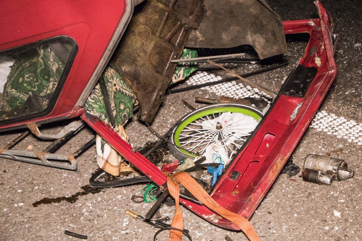 """По словам очевидцев, автомобиль """"Таврия"""" двигался за мусоровозом."""
