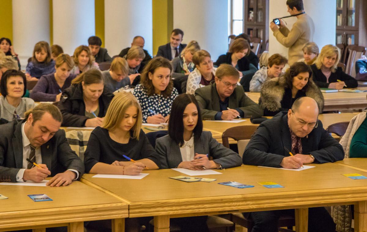 В Колонній залі мерії диктант написали багато місцевих депутатів