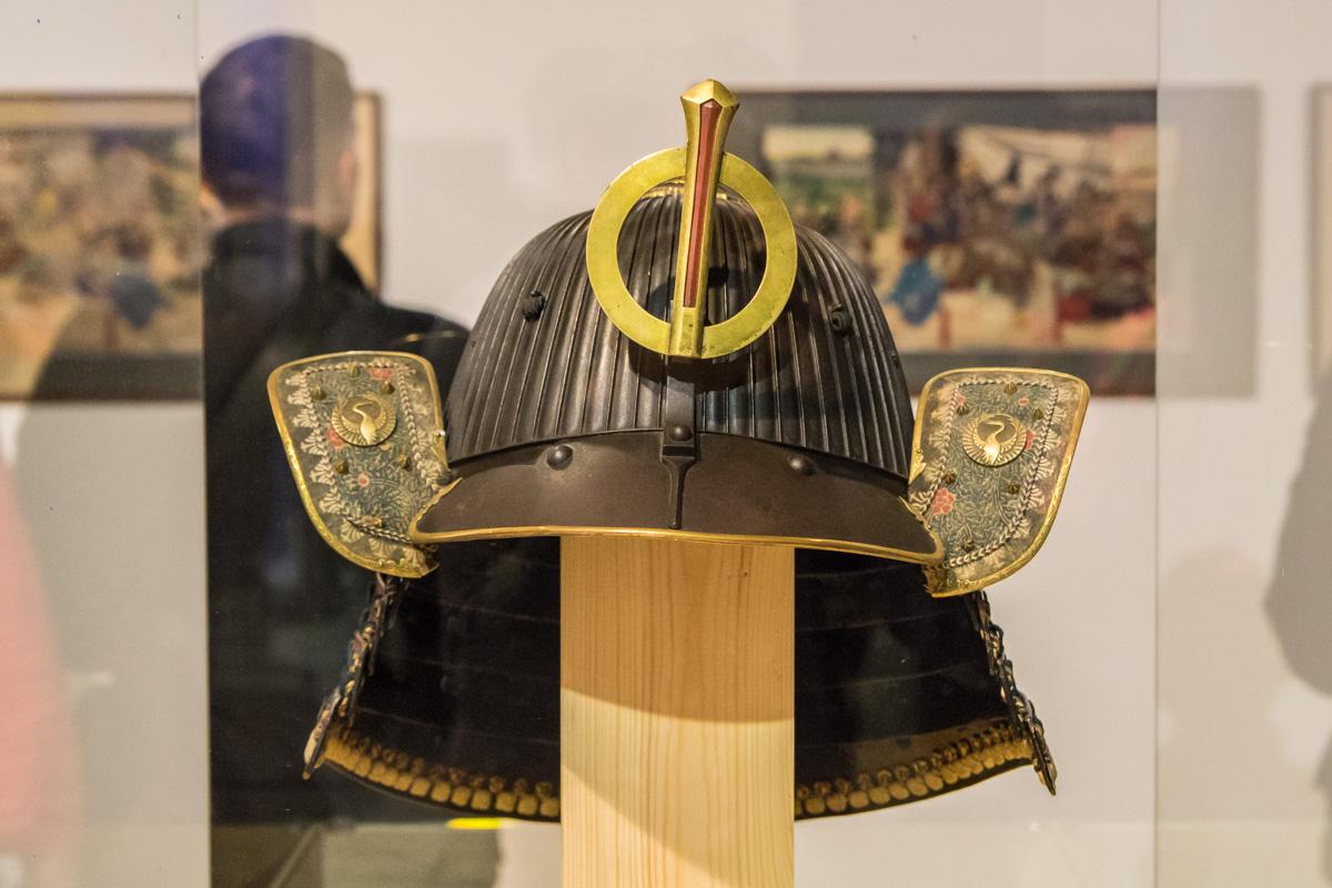 Шлем самурая на выставке в Киеве