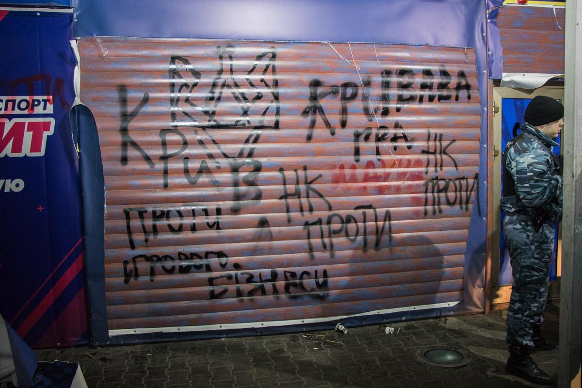 Активисты расписали игровое заведение как внутри, так и снаружи