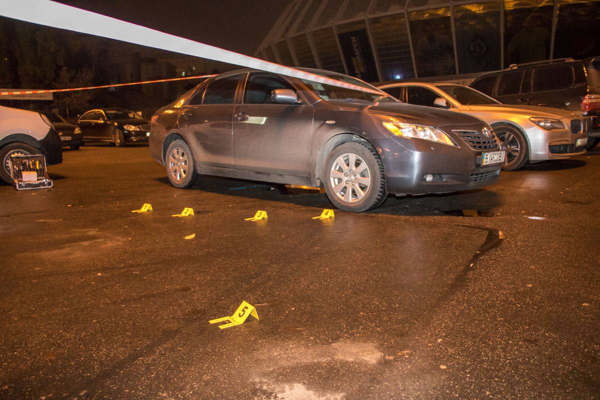Напали на чиновника возле его авто