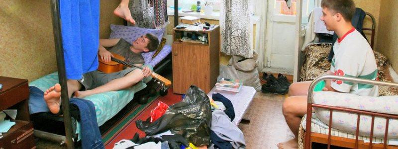 Русские студенты в общежитии ночью