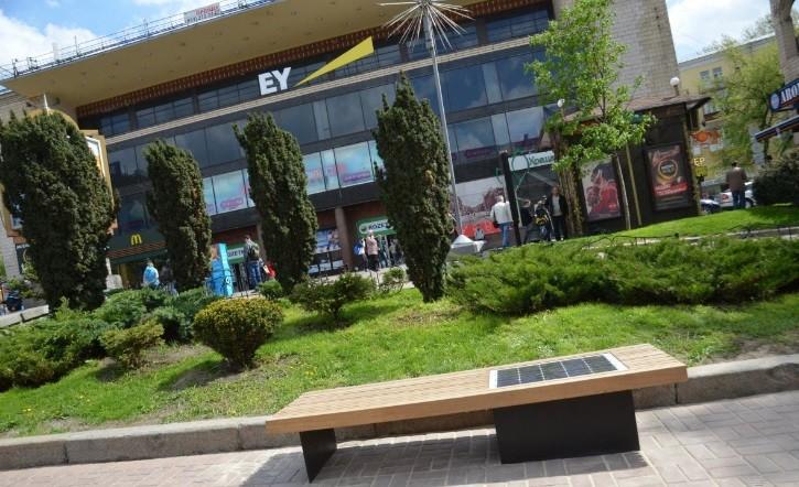 В Голосеево хотят закупить солнечные скамейки, металлические информационные таблички и оборудование системы автономного уличного освещения