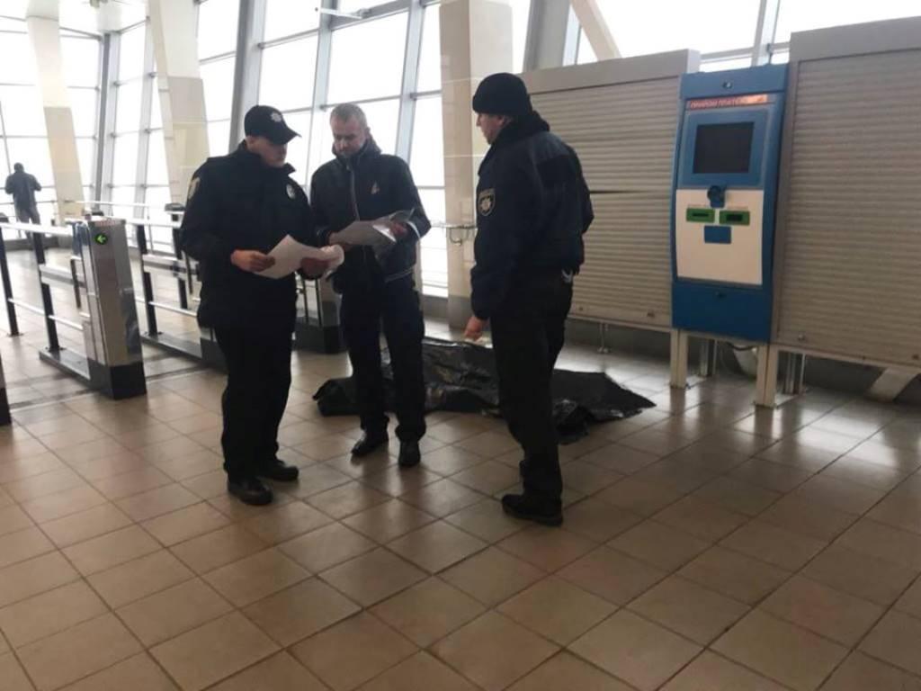 """18 декабря на выходе из метро """"Дарница"""" умерла женщина"""