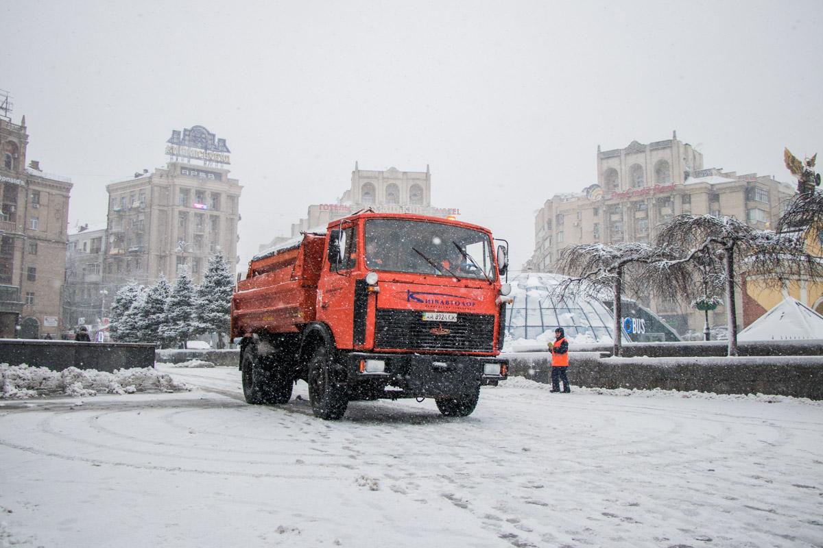 На улицы выведены примерно 450 единиц снегоуборочной техники