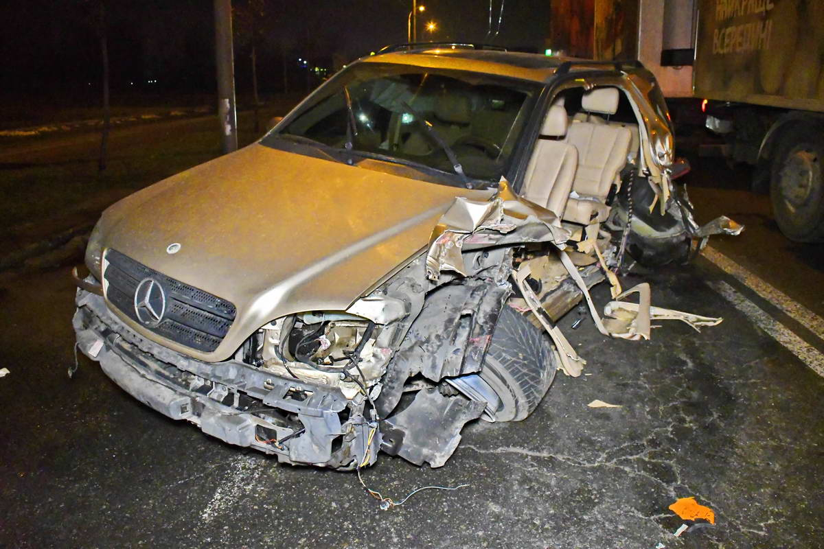 Mercedes на литовских номерах врезался в BMW и в эвакуатор
