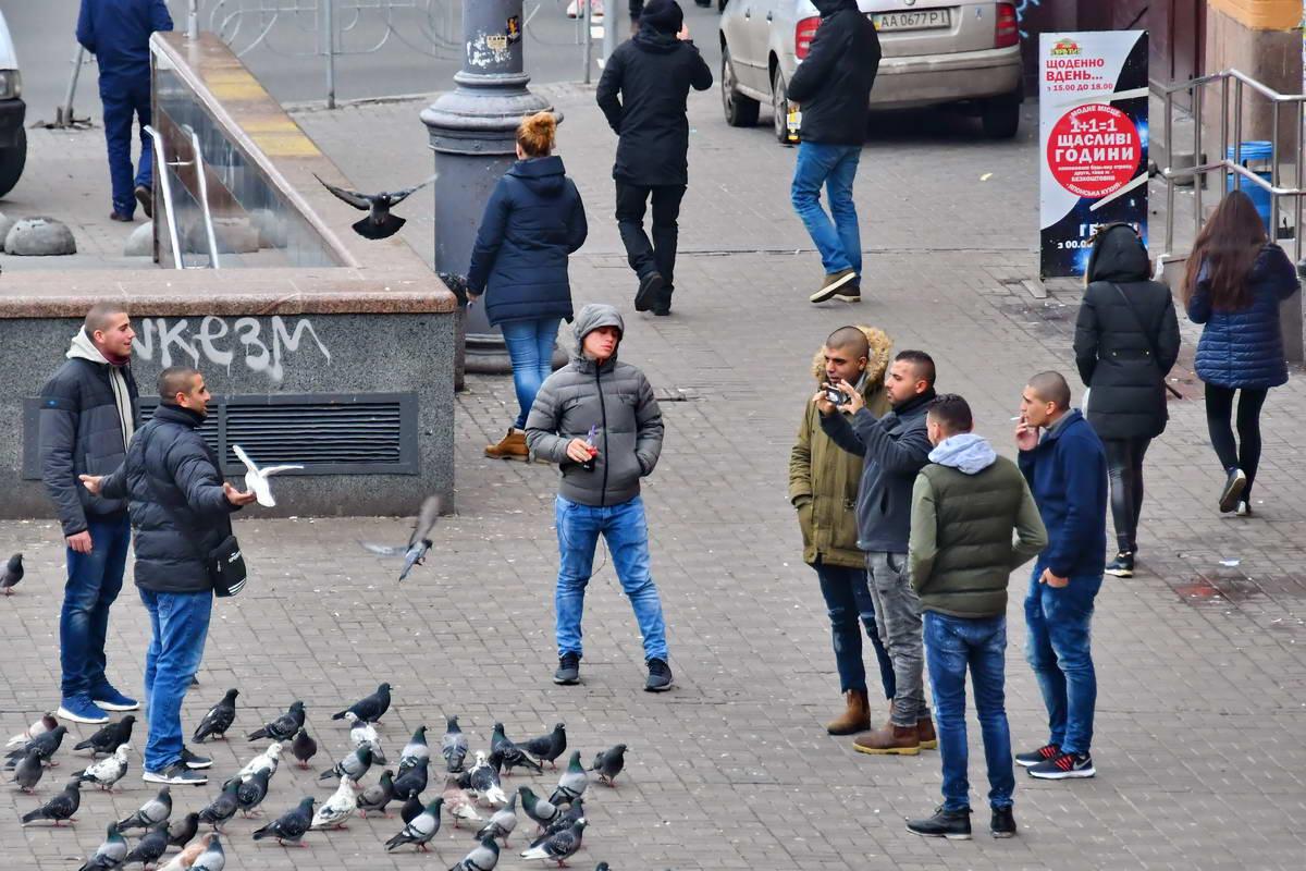 Что еще остается, как не сфотографироваться с голубями