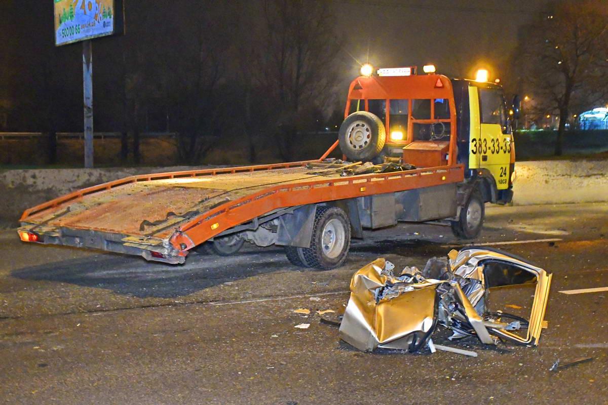 Эвакуатор приехал забрать ранее поврежденное в аварии авто