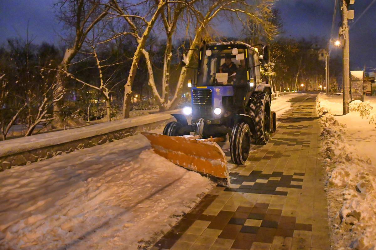 Убрать снег с аллеи к утру еще успеют