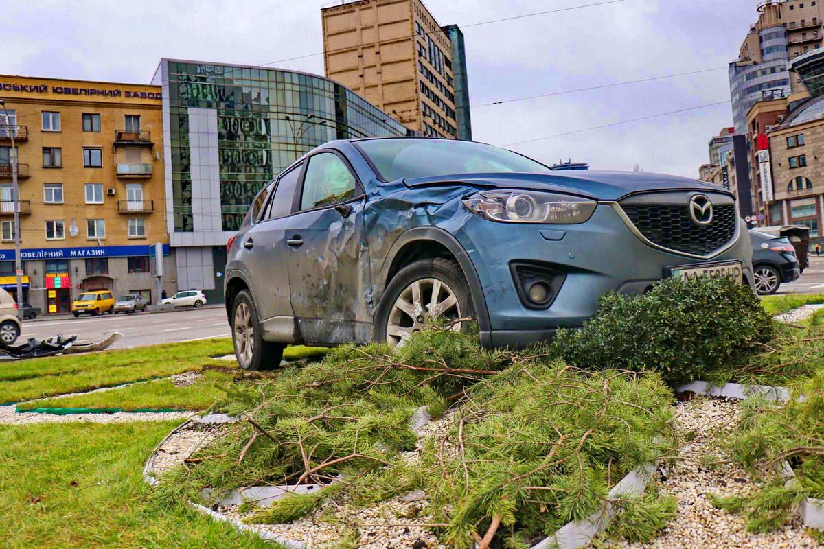 После столкновения Mazda вылетела на клумбу