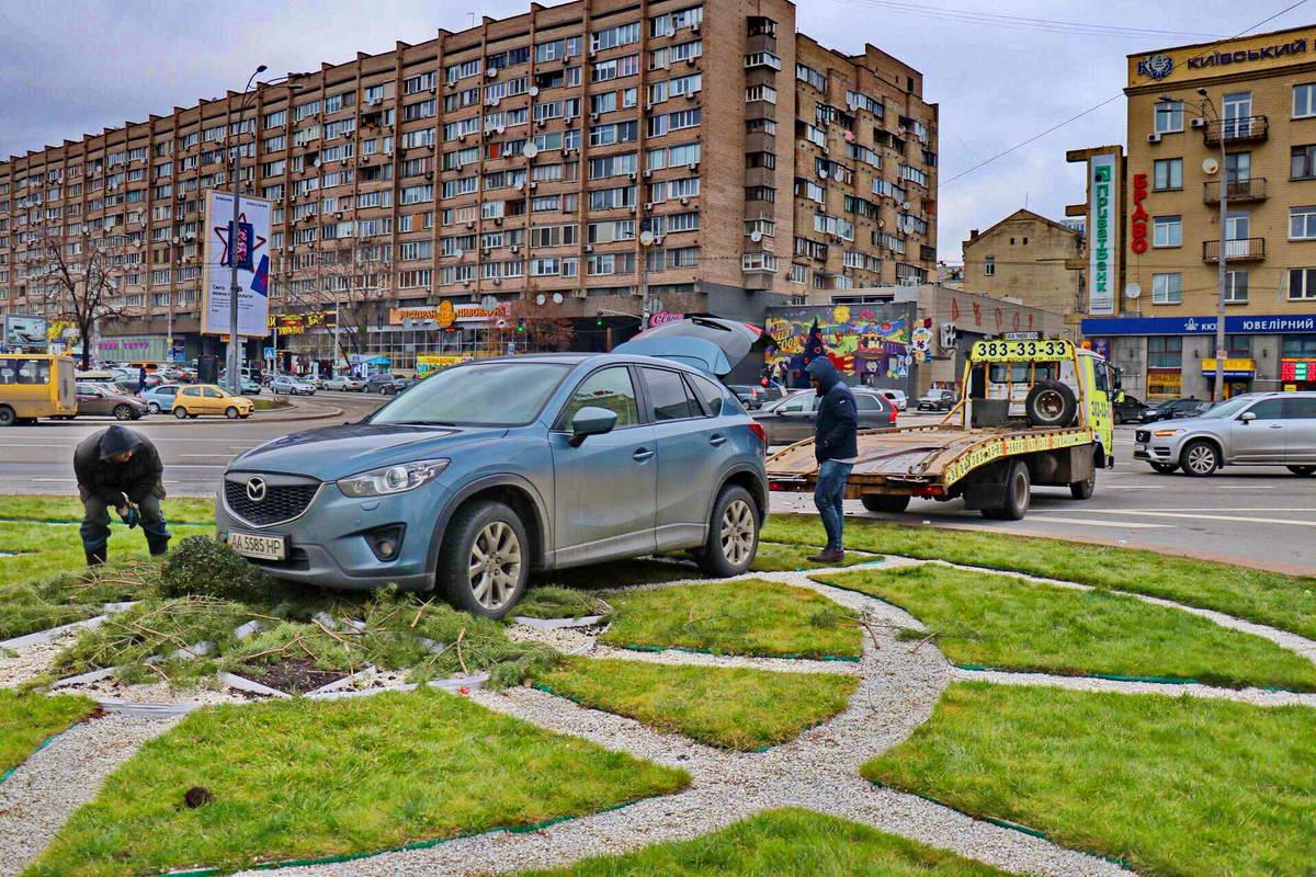 Автомобиль Mazda перед эвакуацией