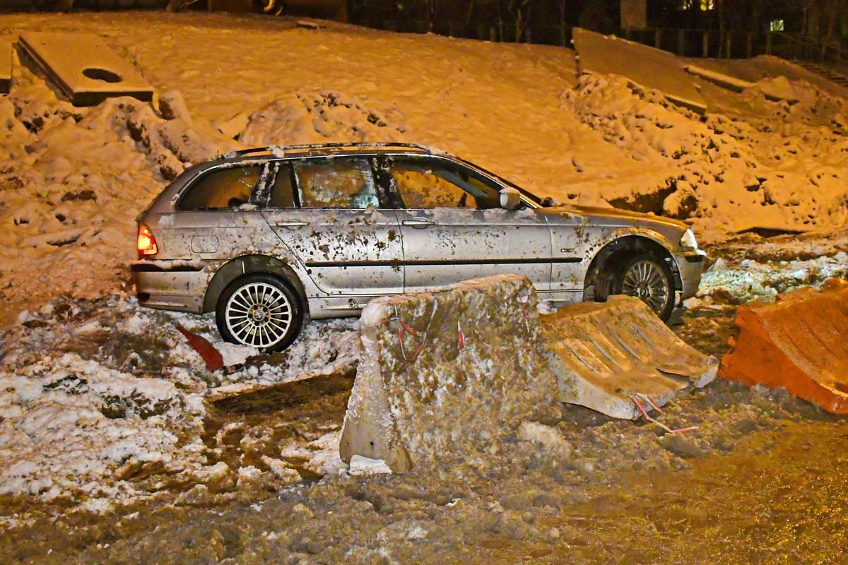 Водитель говорит, что автомобиль попал в яму на дороге