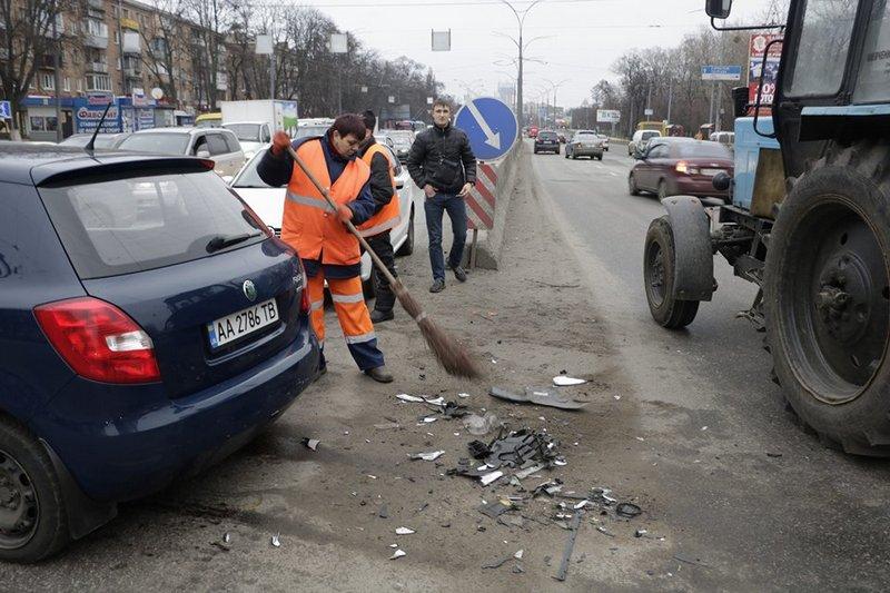 Сотрудники коммунальных служб ликвидируют последствия аварии