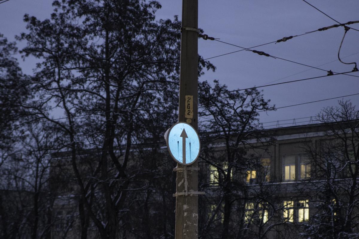 Прямо перед поворотом на улицу Рылеева висит знак, запрещающий поворот