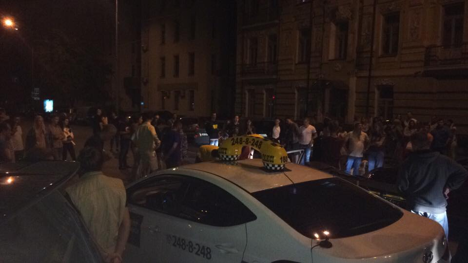Сразу после ДТП на место инцидента сбежались люди