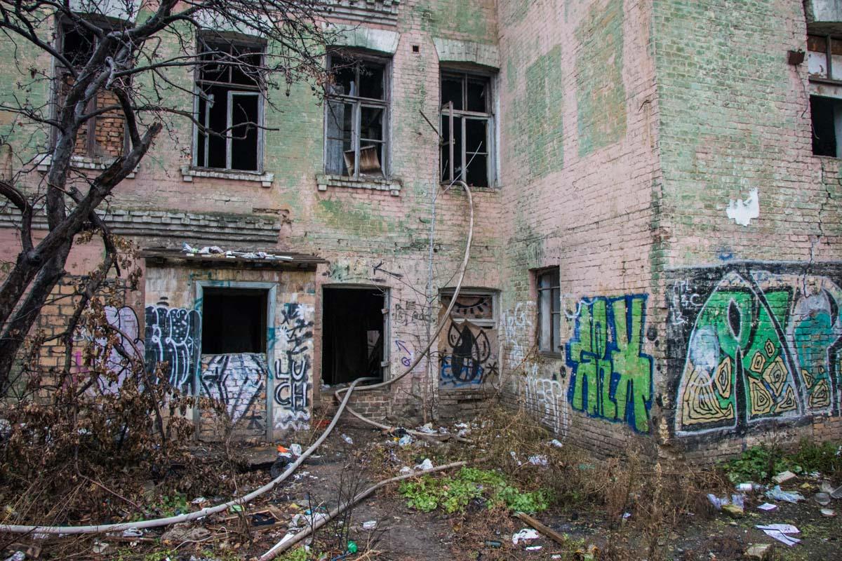 На улице Щекавицкой горело заброшенное здание