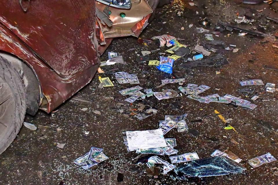 Вокруг изувеченной машины Hyundai разбросаны стодолларовые купюры