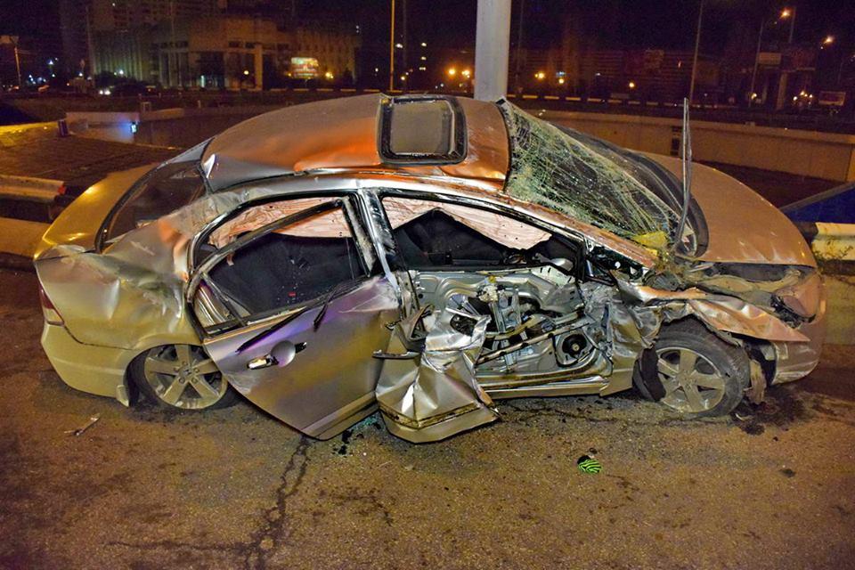 Пьяный водитель вылетел на бордюр, а затем перевернулся на своем автомобиле