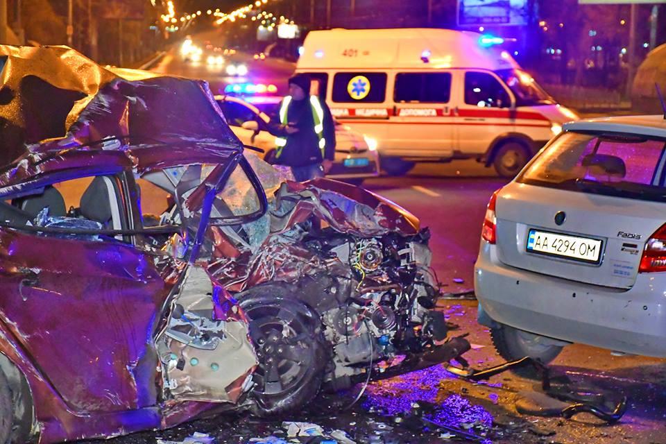 Водителя Skoda госпитализировала скорая помощь с переломами рук и ног