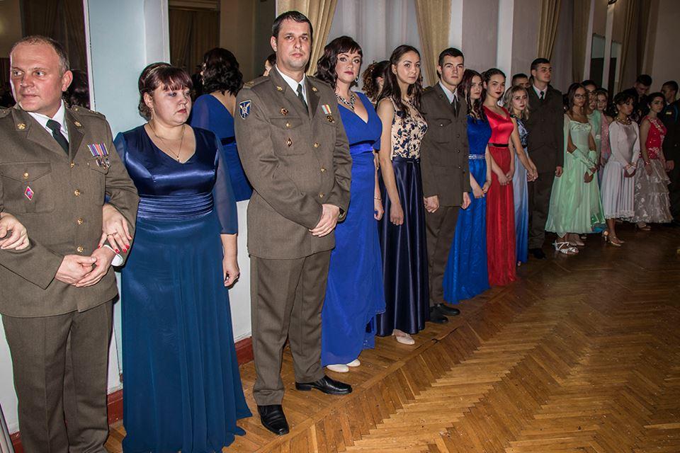 На балу танцевали также военные офицеры и родители лицеистов