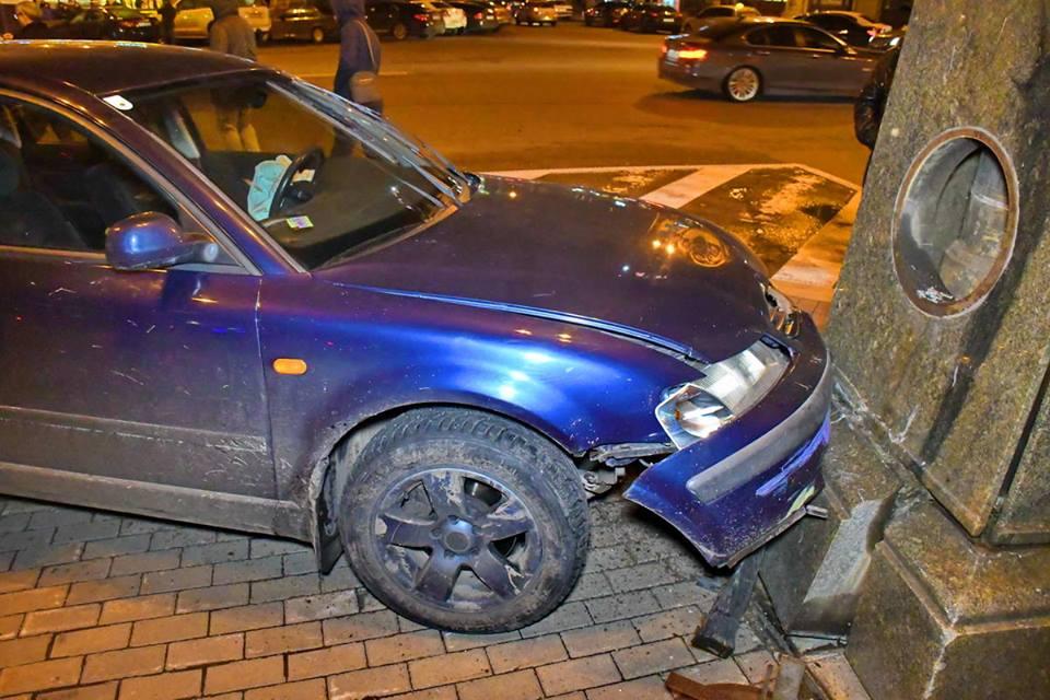Автомобиль на еврономерах въехал в фонарный столб