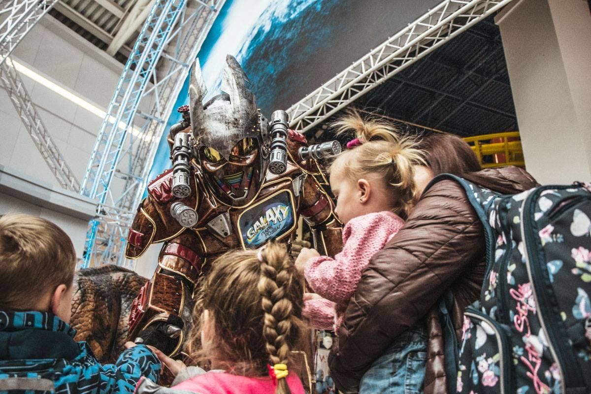 Некоторые дети особенно радовались гигантским куклам